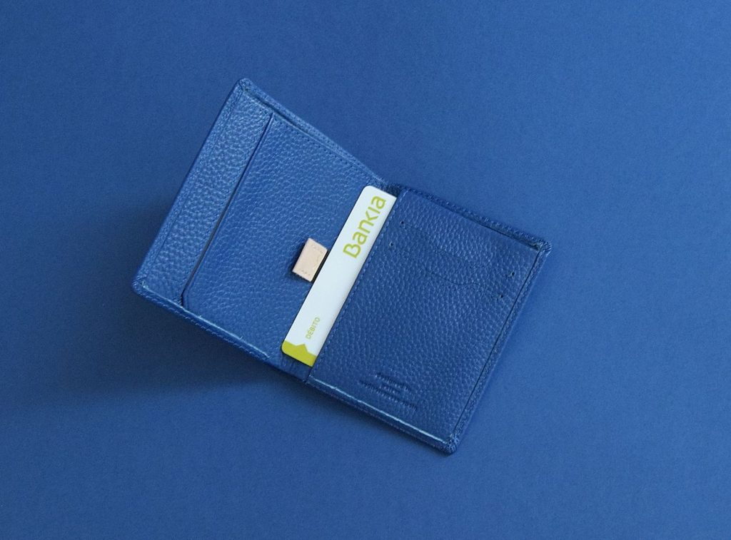 Cartera Lucentu Blue Xabia abierta con tarjeta