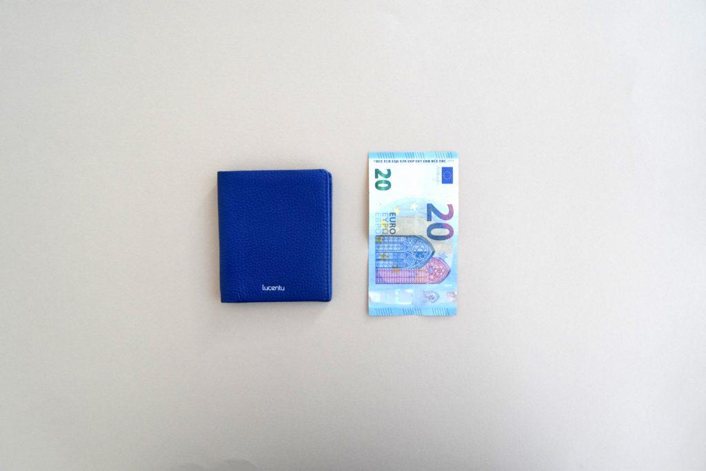Cartera Lucentu Blue Xabia y billete de 20 euros